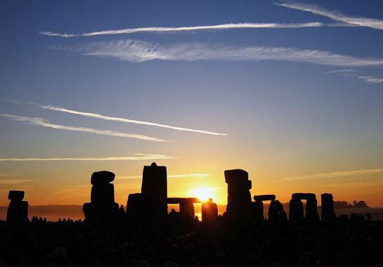 800px-Summer_Solstice_Sunrise_over_Stonehenge_2005