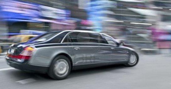 5814981-un-movimento-astratto-sfocatura-di-una-limousine-nera-per-la-strada