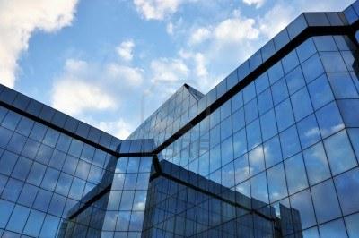 6495696-edificio-per-uffici-aziendali-con-grandi-finestre-di-vetro